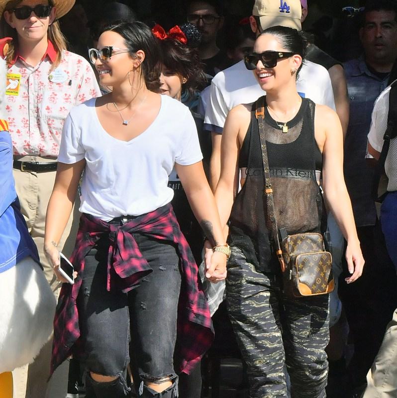 Demi agarrada de manos con una chica