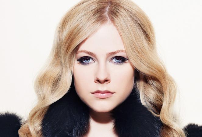 """Avril Lavigne se presenta cantando """"Rockstar"""""""