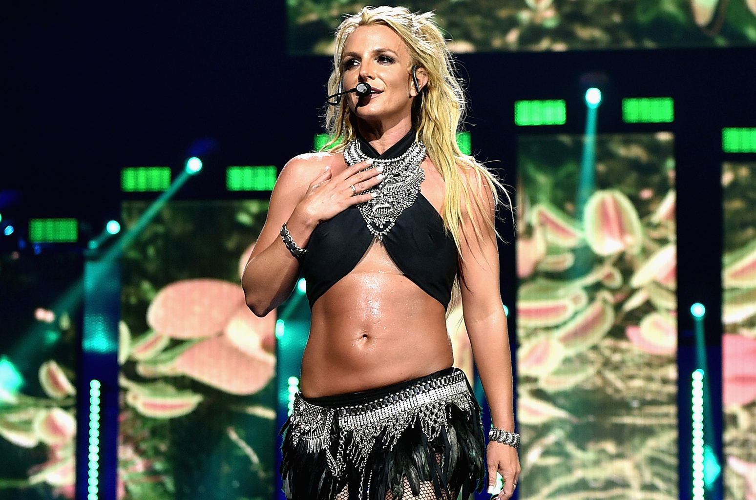 Britney Spears baja a fan borracho del escenario (VIDEO)