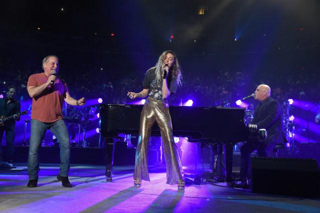 Mira la presentación de Billy Joel con Miley Cyrus y Paul Simon
