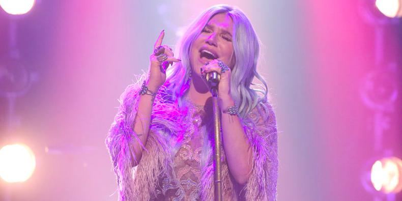Kesha dedica canción a la madre de un fan que sobrevivió al cáncer de mama