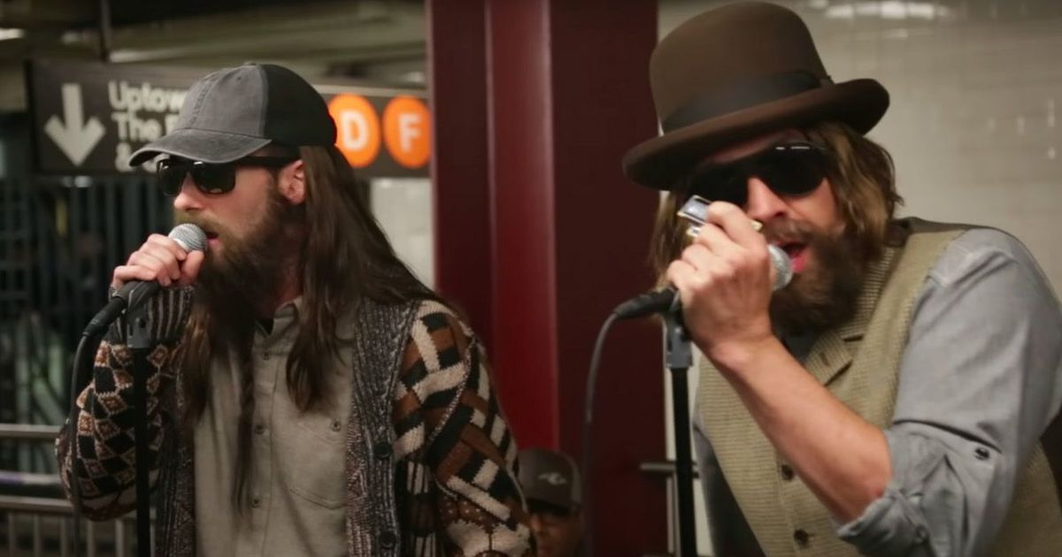 Adam Levine y Jimmy Fallon cantan en estación de metro disfrazados