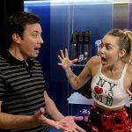 Miley Cyrus envía conmovedor mensaje a Jimmy Fallon por la muerte de su madre