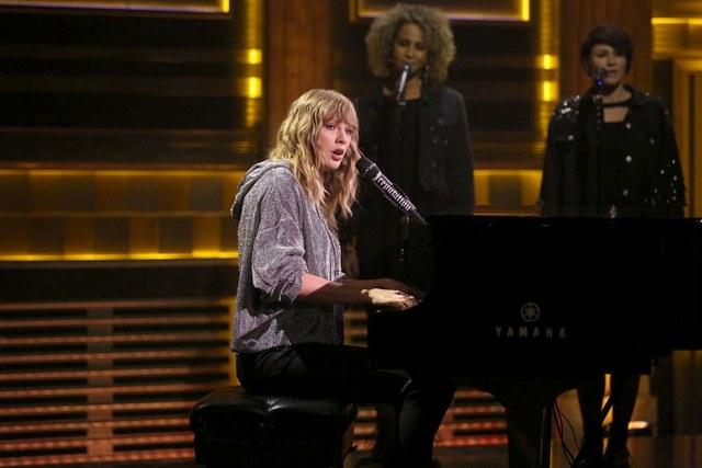 "Taylor Swift interpreta ""New Year's Day"" en The Tonight Show"