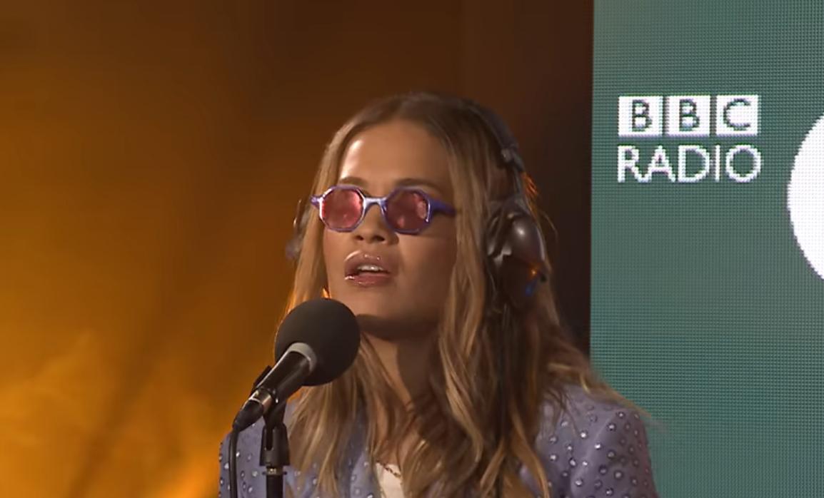 Rita Ora realiza increíble presentación en el Live Lounge