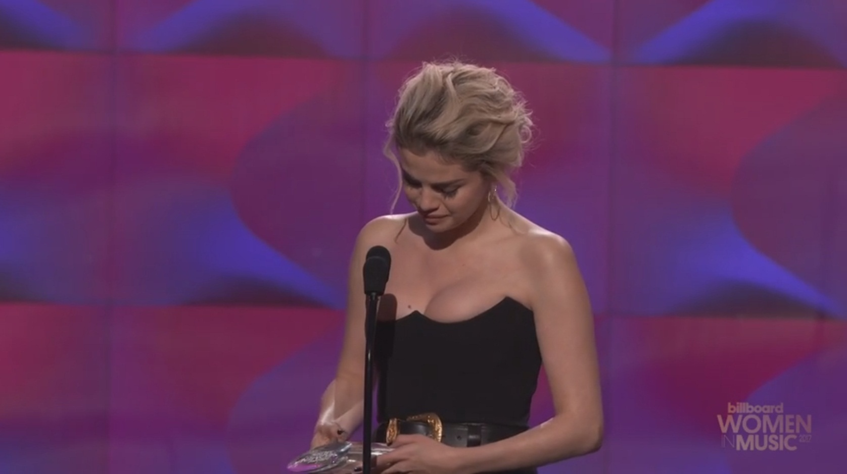Selena Gomez crying while receives woman of the year