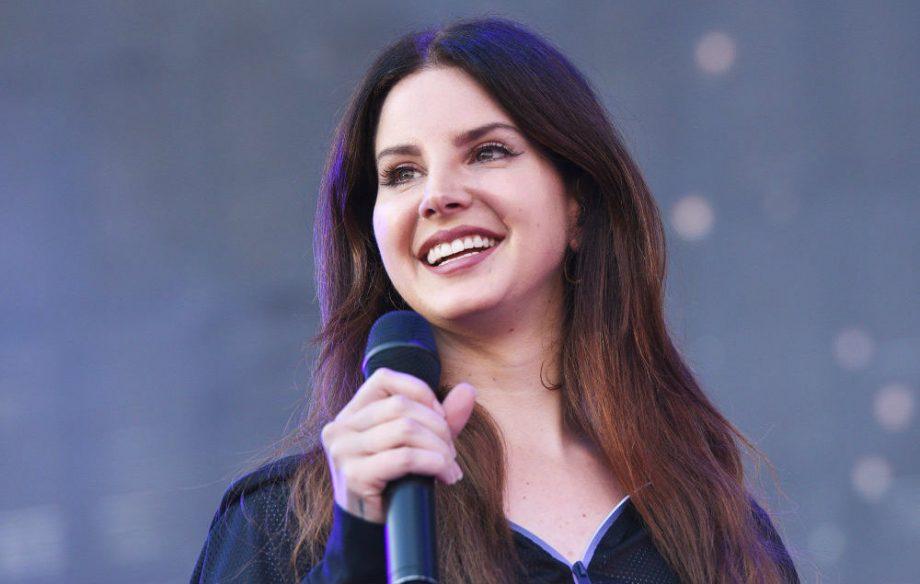 Lana Del Rey canta clásicos de Disney en hospital infantil