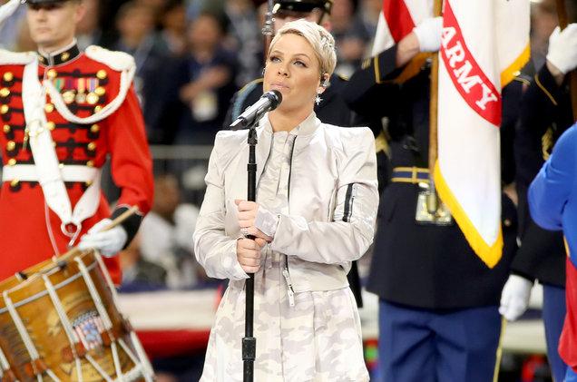 Pink es objeto de burlas y críticas por un gesto antes de cantar el himno en el SuperBowl
