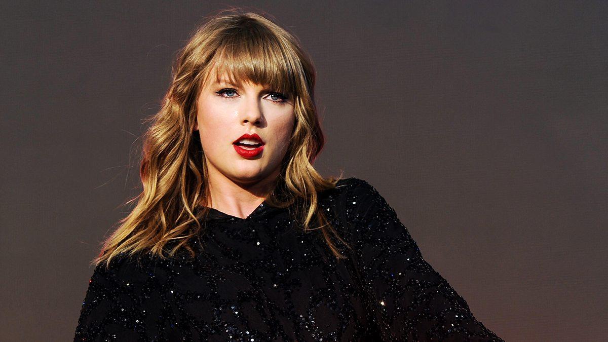 Reportero le dijo a Taylor Swift que necesitaba bañarse
