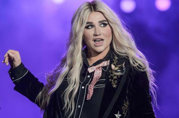 Kesha recibió multa por maldecir en concierto