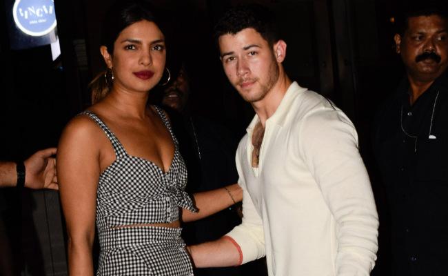 People confirma que Nick Jonas se comprometió con Priyanka Chopra