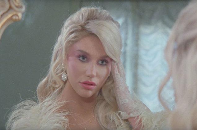 Kesha vive una mentira religiosa en el vídeo de 'Raising Hell' su nuevo single