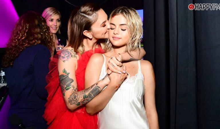 Selena Gomez y Julia Michaels protagonizan un sorpresivo beso en VIVO