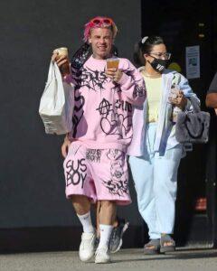 Demi junto al rapero Mood Sun saliendo de un restaurant