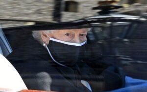 La reina Isabel II llegando al castillo de Windsor