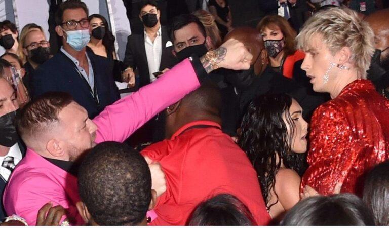 Conor McGregor se peleó con Machine Gun Kelly en la alfombra roja de los MTV VMAs(VÍDEO)